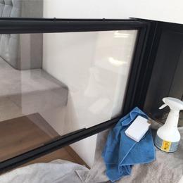 Reinigung von Kamin-Sichtfenster